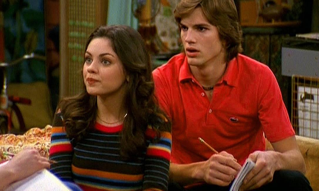 """Ashton Kutcher e Mila Kunis fizeram um belo par na série """"That '70s Show"""" (1998), mas eles só perceberam que poderiam levar o romance para fora das telas em 2012, depois de o ator ter vivido uma relação com Demi Moore. Hoje os dois são pais de Wyatt Isabelle Kutcher, que nasceu em outubro de 2014 Divulgação"""