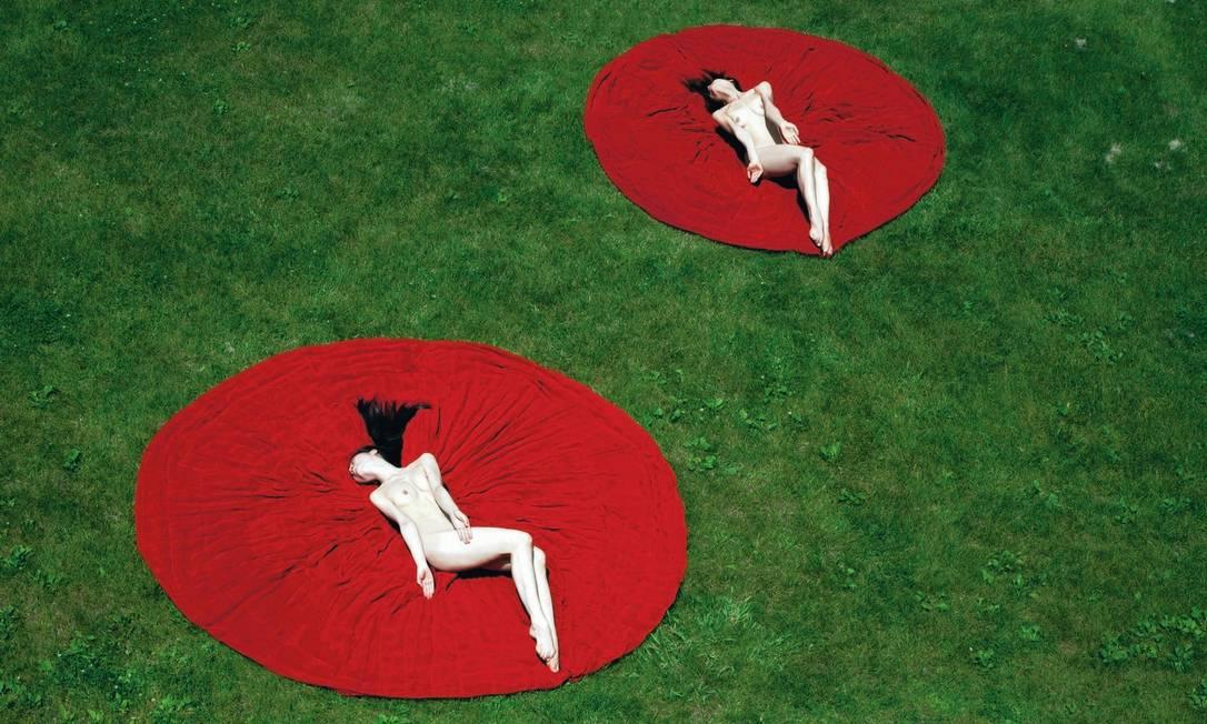 Bailarinas deitadas sobre peças de Oscar de la Renta Guilherme Licurgo / FOTOS DE Guilherme Licurgo
