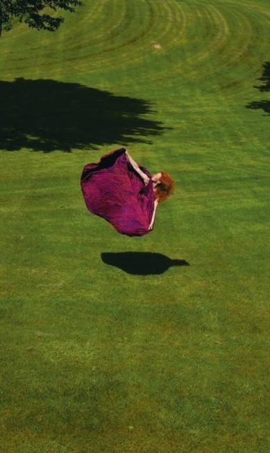 Parece voar, saltando com vestido de Halston Guilherme Licurgo