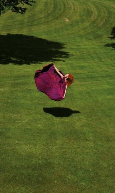 Bailarina parece voar ao saltar com vestido de Halston Guilherme Licurgo