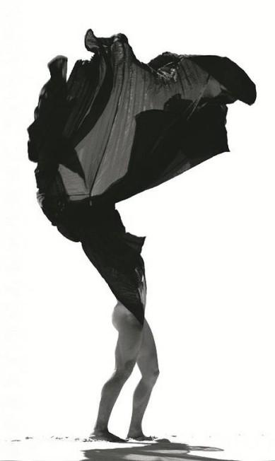 Bailarino posa com uma peça assinada por Donna Karan especialmente para a companhia Guilherme Licurgo