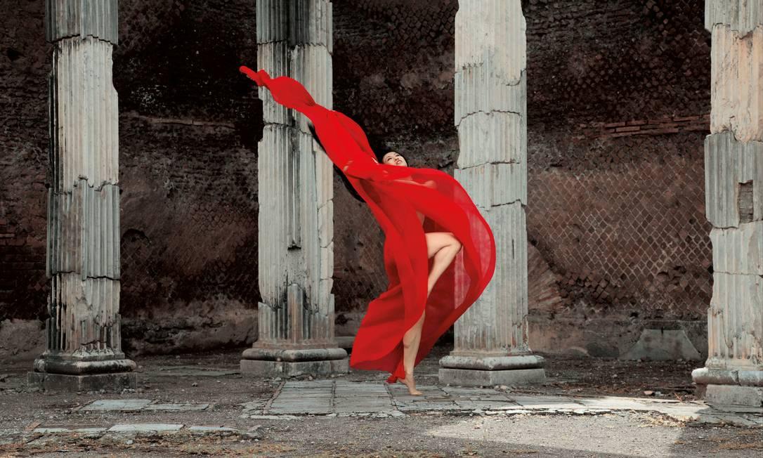 Dançarino posa em ruínas da Itália em uma pausa na turnê pela Europa Guilherme Licurgo