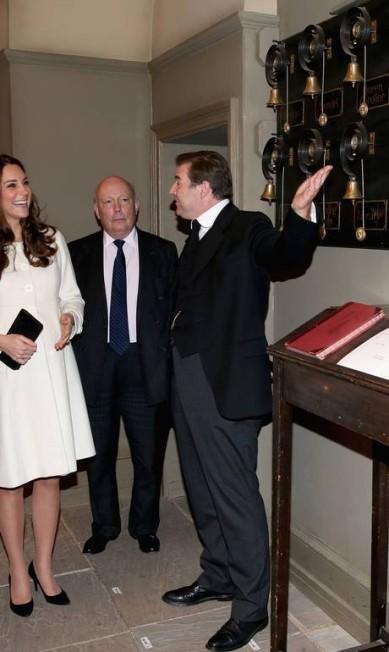 A duquesa se divertiu com a expertise de Brendan Coyle, que vive o valete John Bates. No centro da foto, Julian Fellowes, o criador de Downton Abbey Chris Jackson / AFP
