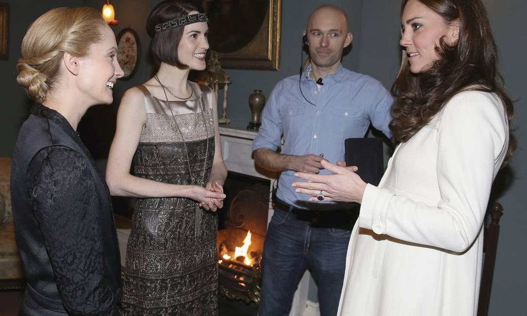 No Ealing Studios, o papo entre Kate, Michelle Dockery (a Lady Mary na série) e Joanne Froggatt (Anna Bates) foi animado Chris Jackson / AP