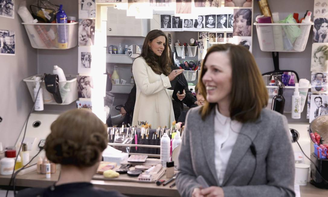 Britain's Catherine, Duchess of Cambridge, chats to Nic Collins in hair and make up as actress Phyllis Logan (who plays Mrs Hughes) is made-up during a visit to the set of Downton Abbey at Ealing Studios, west of London, March 12, 2015. REUTERS/Pool/Chris Jackson (BRITAIN - Tags: ROYALS ENTERTAINMENT) POOL / REUTERS