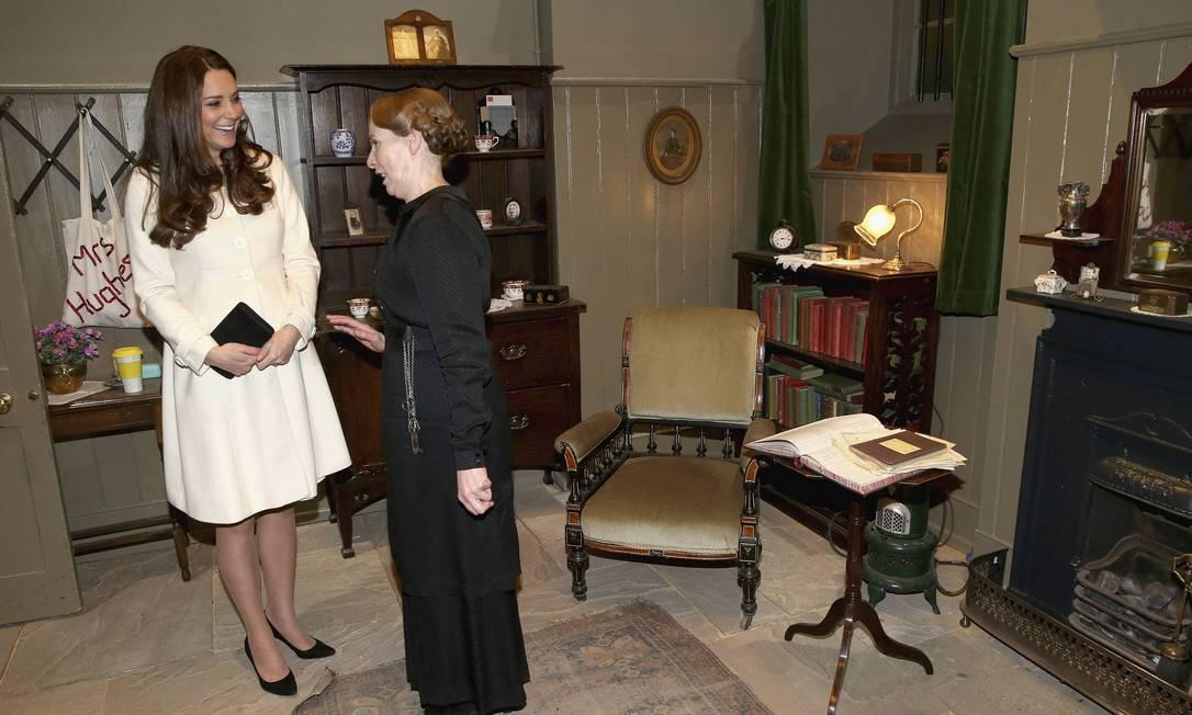 Kate conheceu os cenários dos cômodos da mansão dos Gratham e bateu papo com os atores. Na imagem, a duquesa se diverte com Phyllis Logan, que interpreta Mrs. Hughes POOL / REUTERS