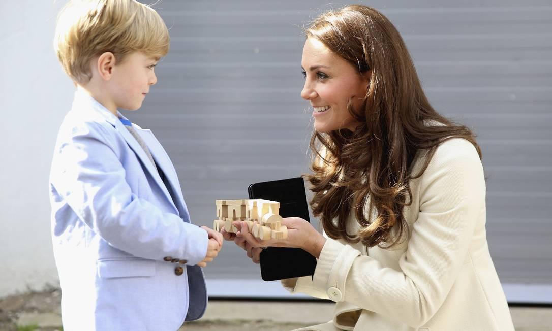 O ator infantil Oliver Barker aproveitou a ocasião para mandar um trenzinho de madeira para o príncipe George POOL / REUTERS
