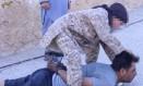 Imagem divulgada pelo Estado Islâmico mostra o que aparenta ser uma criança responsável pela decapitação de um soldado sírio Foto: Reprodução / 17/07/2015