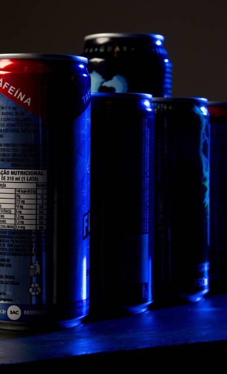 Energéticos em geral são recheados de açúcar e corantes. Qualquer boost de energia fornecidos por essas bebidas não tende a durar muito, defende a nutricionista Foto: Mônica Imbuzeiro / Agência O Globo
