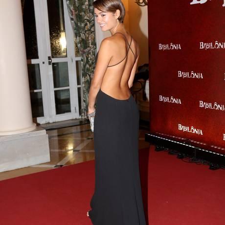 As costas perfeitas de Sophie Charlotte na festa da novela Babilônia Foto: Marcos Ramos / Agência O Globo