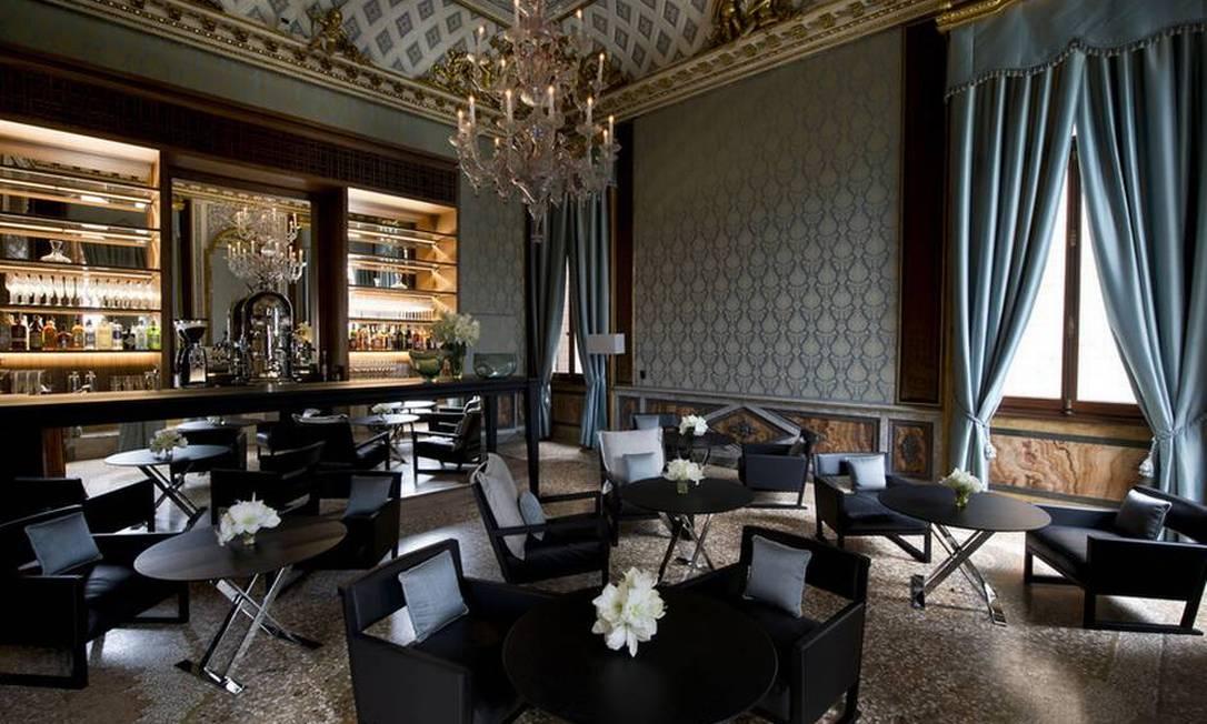 O bar do hotel é um show à parte, com lustres feitos com vidros da ilha de Murano, que fica pertinho de Veneza e é famosa por ter os melhores do mundo Divulgação