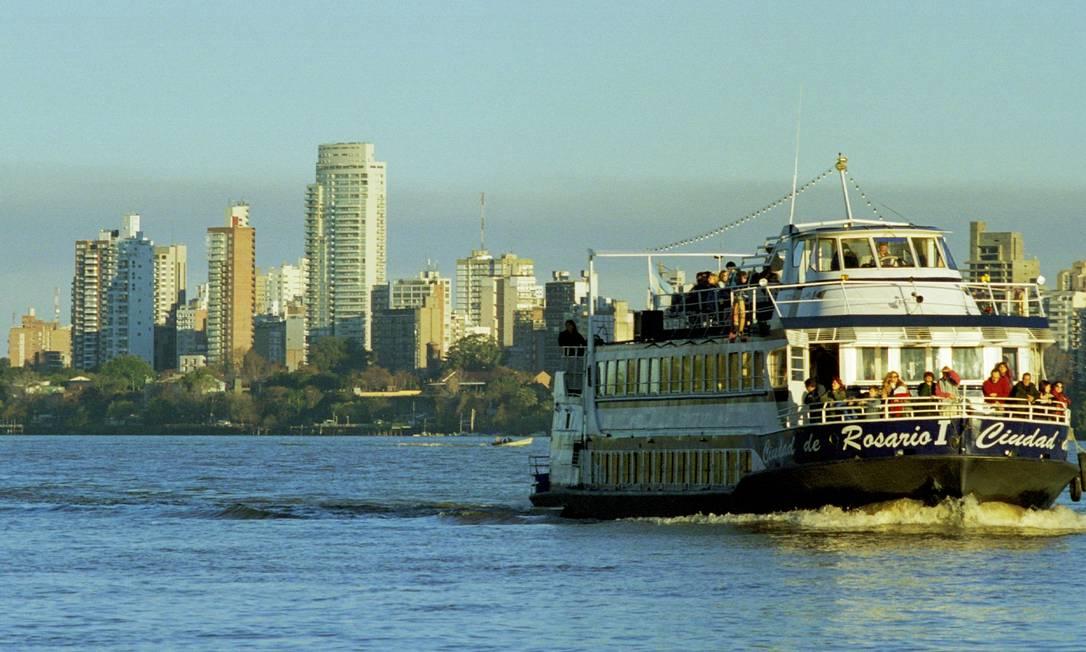 Barca. São vários os passeios pelo Rio Paraná Foto: / Daniel Dapari/Divulgação
