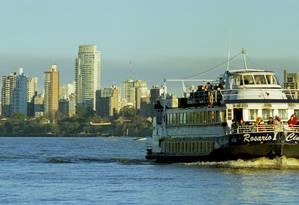 Barca. São vários os passeios pelo Rio Paraná Foto: Daniel Dapari/Divulgação