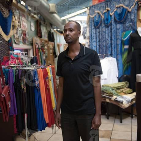 Osman Ahmed, um líder da comunidade somali-americana, no shopping Riverside, em Minneapolis