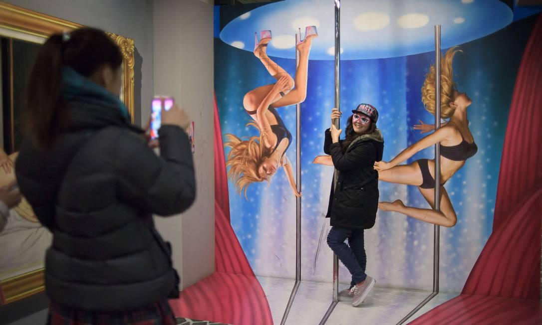 Para aqueles visitantes que querem registrar a visita, mas temem ser reconhecidos, o museu oferece óculos divertidos ED JONES / AFP