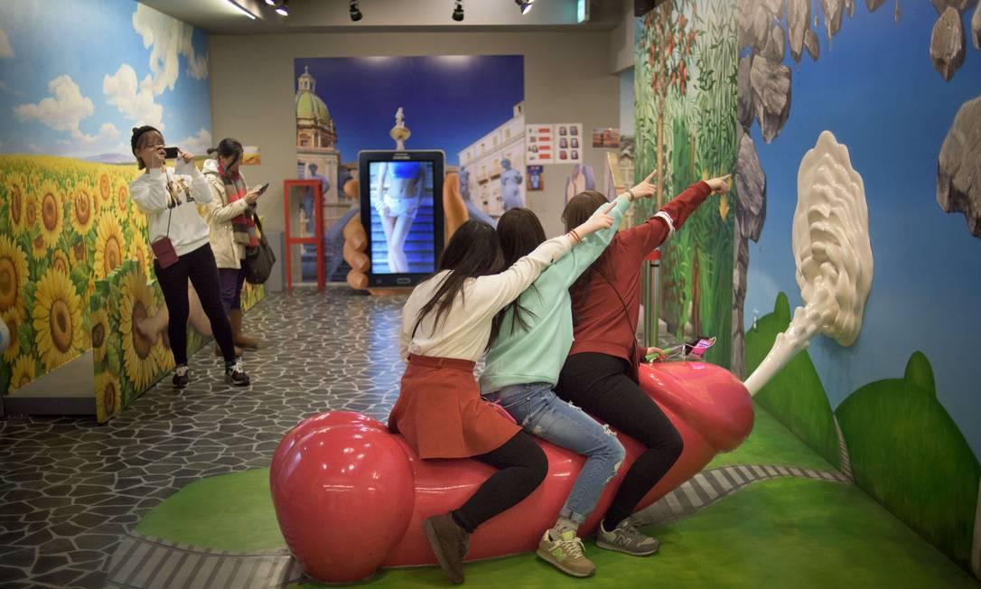 """Numa sociedade na qual até ontem o adultério era crime, um museu em Seoul, na Coreia do Sul, faz sucesso por colocar o sexo como objeto principal. Seja bem-vindo ao """"Love Museum"""", o museu do amor ED JONES / AFP"""