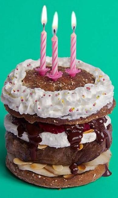 O hambúrguer Feliz Aniversário leva carne mal passada, cobertura de bolo, molho de vinho tinto e chocolate escuro, compota de cebola roxa, amêndoas fatiadas com pêra à Belle Hélène e queijo de cabra fresco Reprodução Fat & Furious Burger