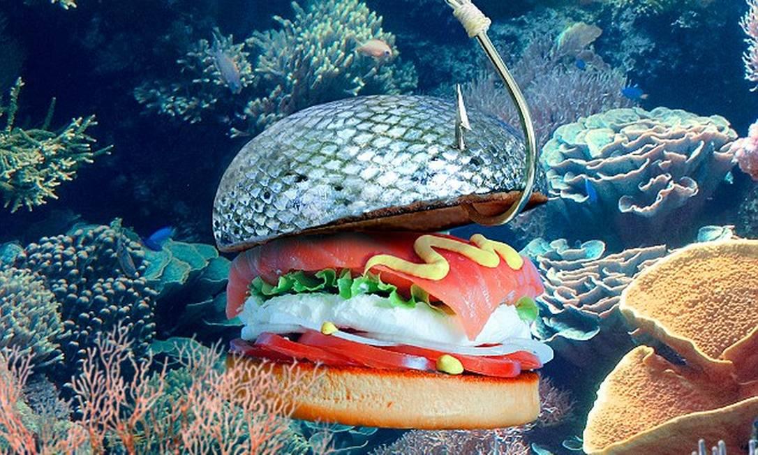 Não chega a ser pele de salmão de verdade! O pão deste hambúrguer foi pintado com corante de alimentos. O recheio leva tem salmão defumado, cream cheese, tomate, alface, cebola e mostarda Reprodução Fat & Furious Burger