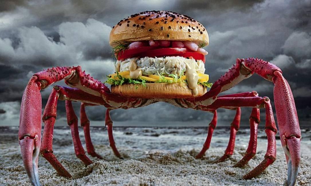Crabzilla tem caranguejo, fatias de manga, alface crespa, tomate, camarão, limão, erva-doce e pimenta de maionese Reprodução Fat & Furious Burger