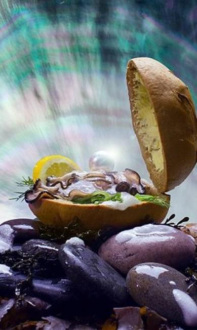Hambúrguer com recheio de ostra? No lugar do alface, a dupla colocou algas wakame Reprodução Fat & Furious Burger