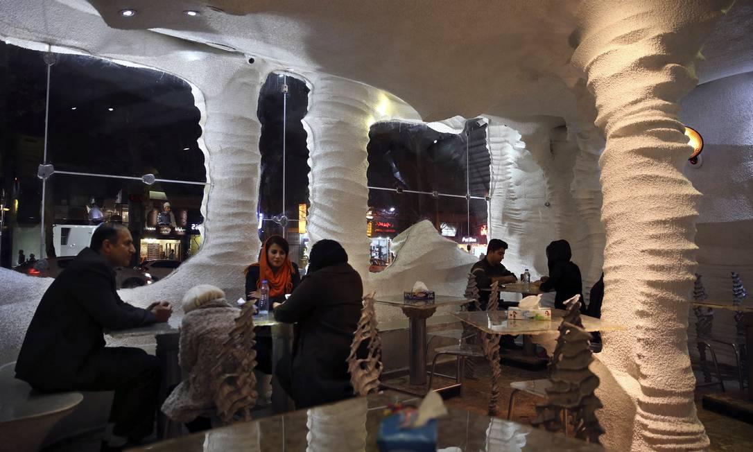Detalhes do interior do Namak. Os pés da mesa também são feitos de sal Vahid Salemi / AP