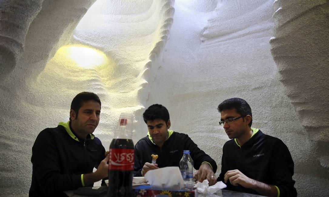 No cardápio, sanduíches e refrigerantes (repare no rótulo da Coca-Cola escrito em persa) Vahid Salemi / AP