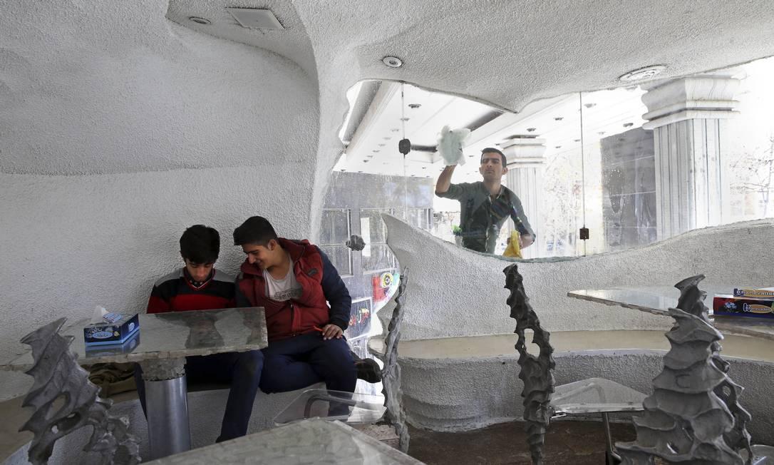 Imagine comer num restaurante onde tudo é feito de sal: paredes, mesas, pilares. Assim é o restaurante Namak, na cidade de Shiraz, no Irã Vahid Salemi / AP