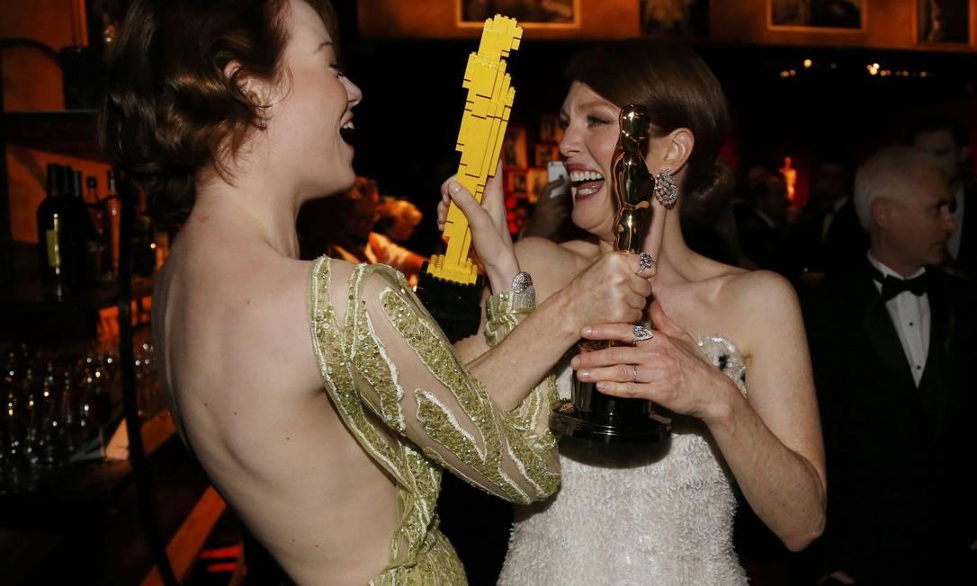 Emma Stone se diverte com Julianne Moore, que tinha uma versão original do Oscar MARIO ANZUONI / REUTERS