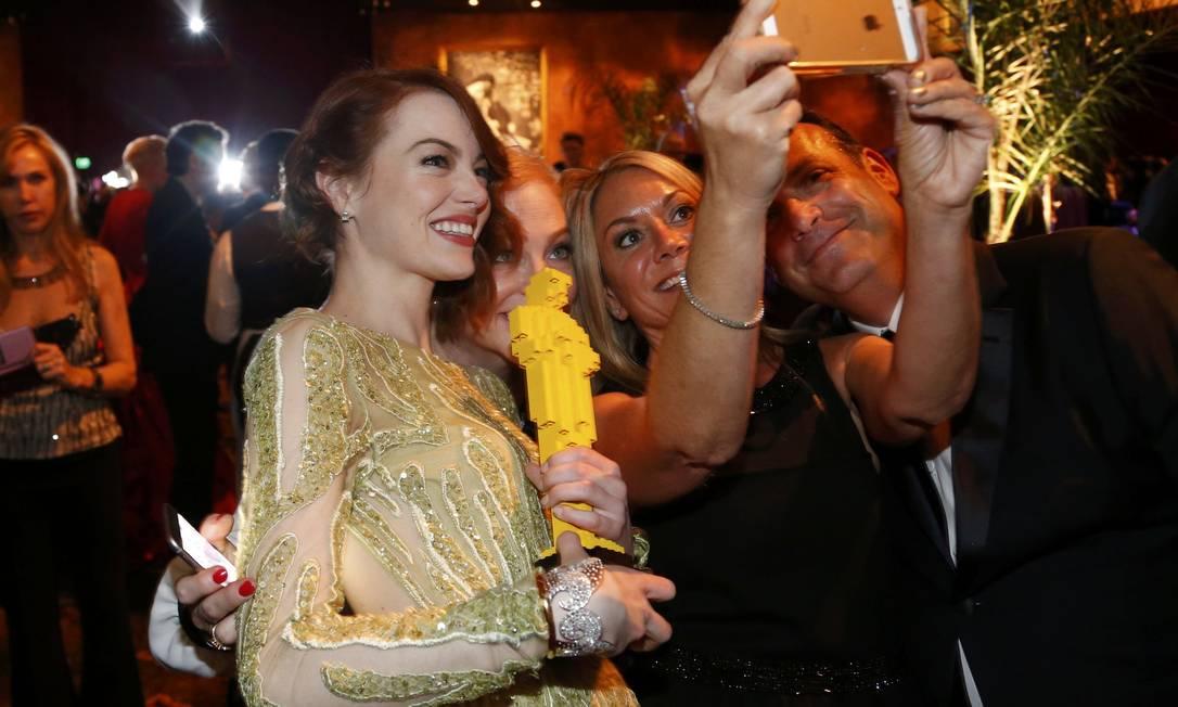 """Emma Stone, que estava indicada pelo filme """"Birdman ou (A inesperada virtude da ignorância)"""", fez selfie com os convidados MARIO ANZUONI / REUTERS"""