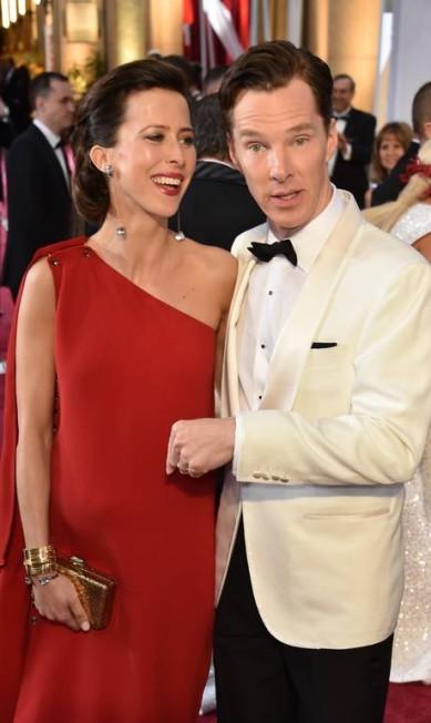 O ator Benedict Cumberbatch mostrando a barriga de grávida de sua mulher MLADEN ANTONOV / AFP