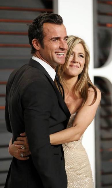 Jennifer Aniston e Justin Theroux: abraço apertado em festa pós-Oscar DANNY MOLOSHOK / REUTERS