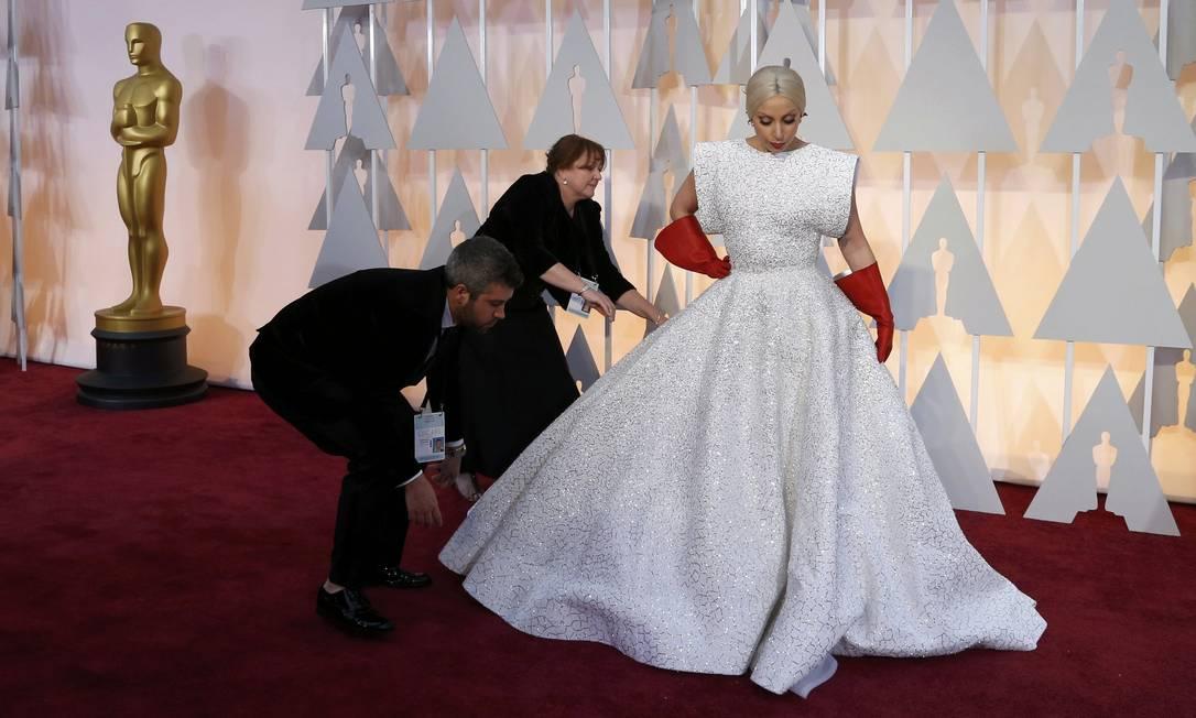 Lady Gaga precisou de ajuda no tapete vermelho MARIO ANZUONI / REUTERS