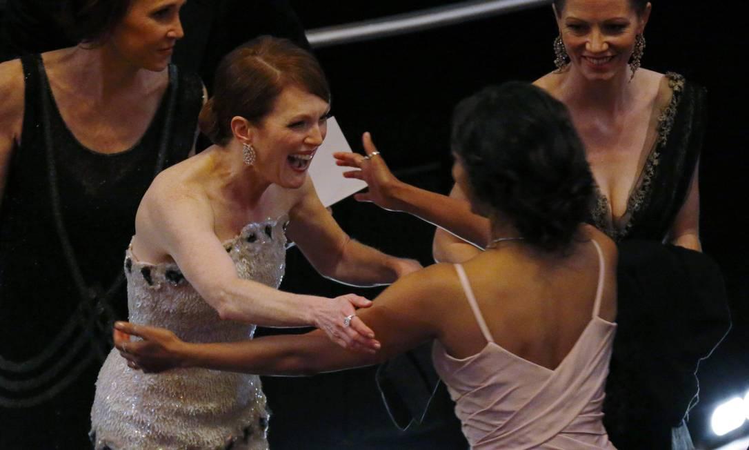 Julianne era mesmo uma das mais animadas da noite. Olha a felicidade dela ao encontrar Zoe Saldana MIKE BLAKE / REUTERS