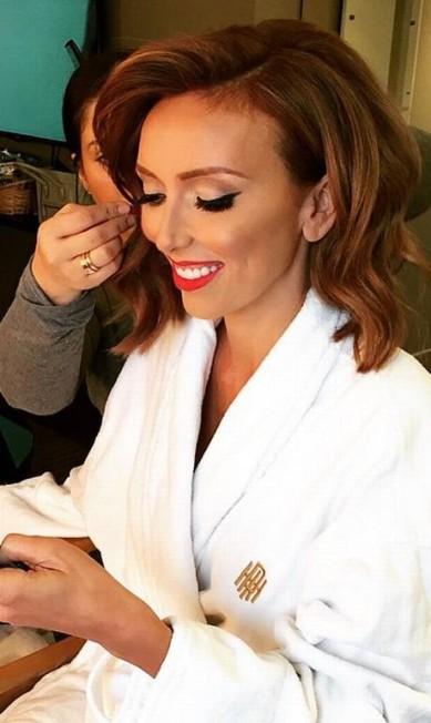 Apresentadora do canal E!, que mostra o tapete vermelho na TV, dividiu o momento de maquiagem com seus seguidores Instagram