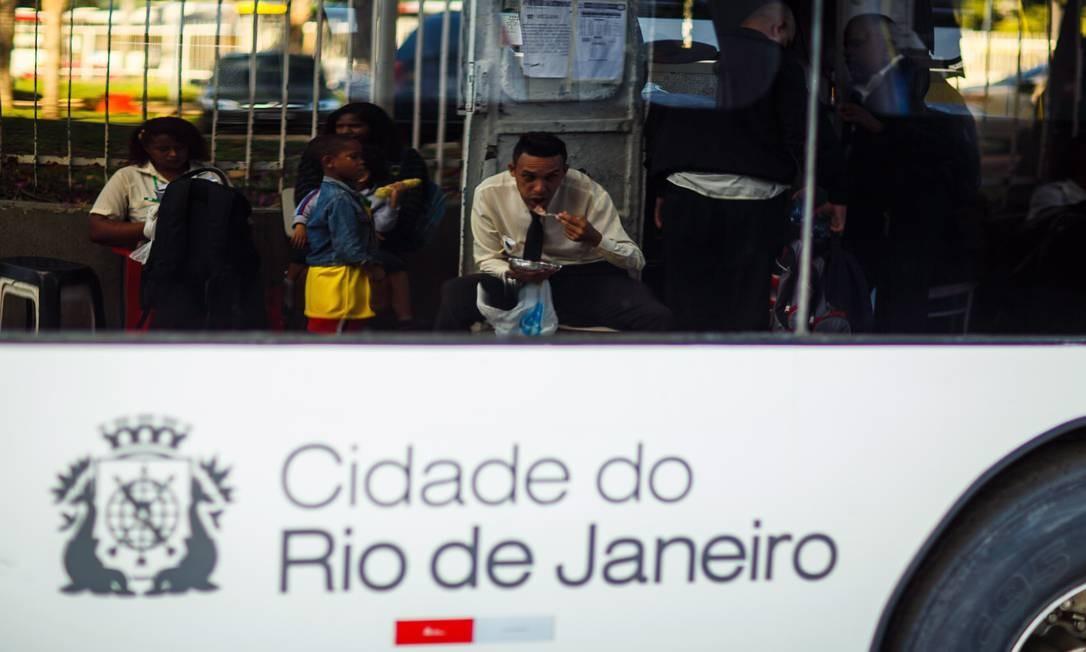 Alimentação em trânsito, uma prática tão comum quanto arriscada até em termos de nutrição Foto: Daniel Marenco / Agência O Globo