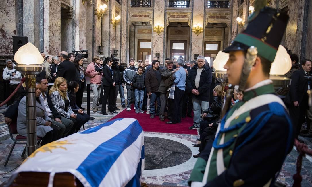 O corpo de Ghiggia é velado no Palácio Legislativo de Montevidéu Matilde Campodonico / AP