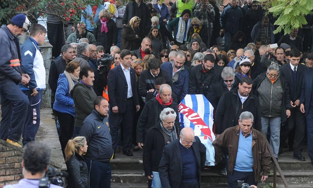 Público chega para o funeral do ídolo uruguaio MIGUEL ROJO / AFP