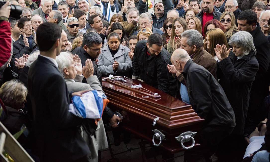 Fãs e familiares dão o último adeus a Ghiggia, que morreu aos 88 anos Matilde Campodonico / AP