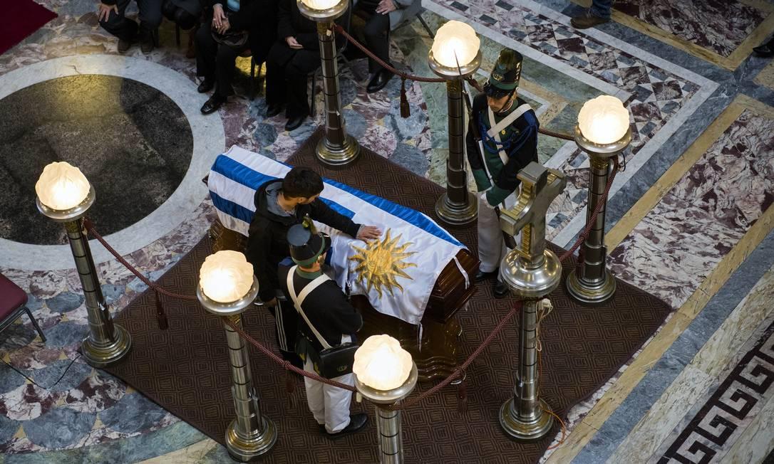 Fãs fizeram questão de tocar o caixão com o corpo do ídolo uruguaio Matilde Campodonico / AP