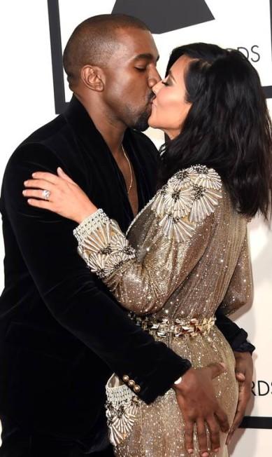 Este foto foi uma das mais comentadas do Grammy 2015. Kanye West não resistiu e apalpou Kim Kardashian, sua mulher, em pleno tapete vermelho. Os dois também trocaram beijos calorosos diante das câmeras Jason Merritt / AFP
