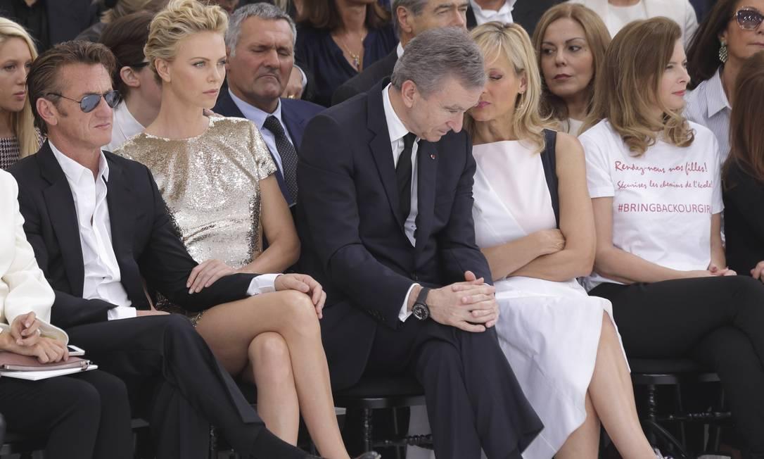 Sean Penn e Charlize Theron pareciam concentrados no desfile da Dior, mas o ator não tirava a mão da perna de Charlize PHILIPPE WOJAZER / REUTERS