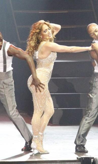 No palco, Jennifer Lopez também já levou apalpada LEONARDO AVERSA / Agência O Globo