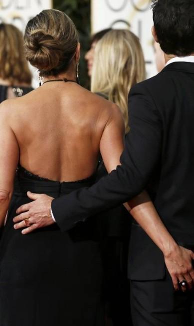 Na última edição do Globo de Ouro, Jennifer Aniston apalpou o noivo, o ator Justin Theroux DANNY MOLOSHOK / REUTERS