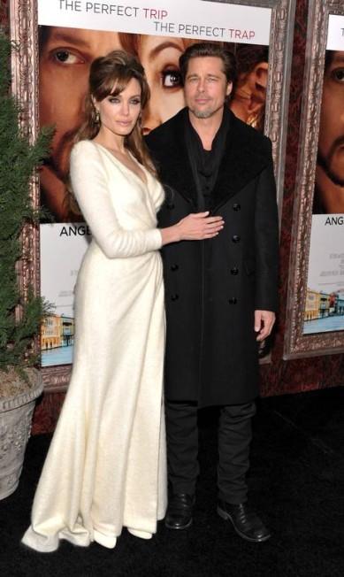 Brad Pitt também tem mania de escorregar sua mão para o bumbum de Angelina Jolie... Evan Agostini / AP