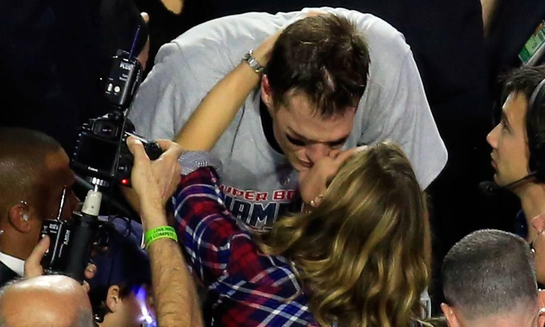 Tom Brady foi fundamental para a conquista de mais um título do New England Patriots no Super Bowl. Casada com o atleta, Gisele Bündchen não conseguia esconder sua felicidade, tanto que beijou o marido nas frentes das câmeras. A final aconteceu neste domingo, no Arizona JAMIE SQUIRE / AFP