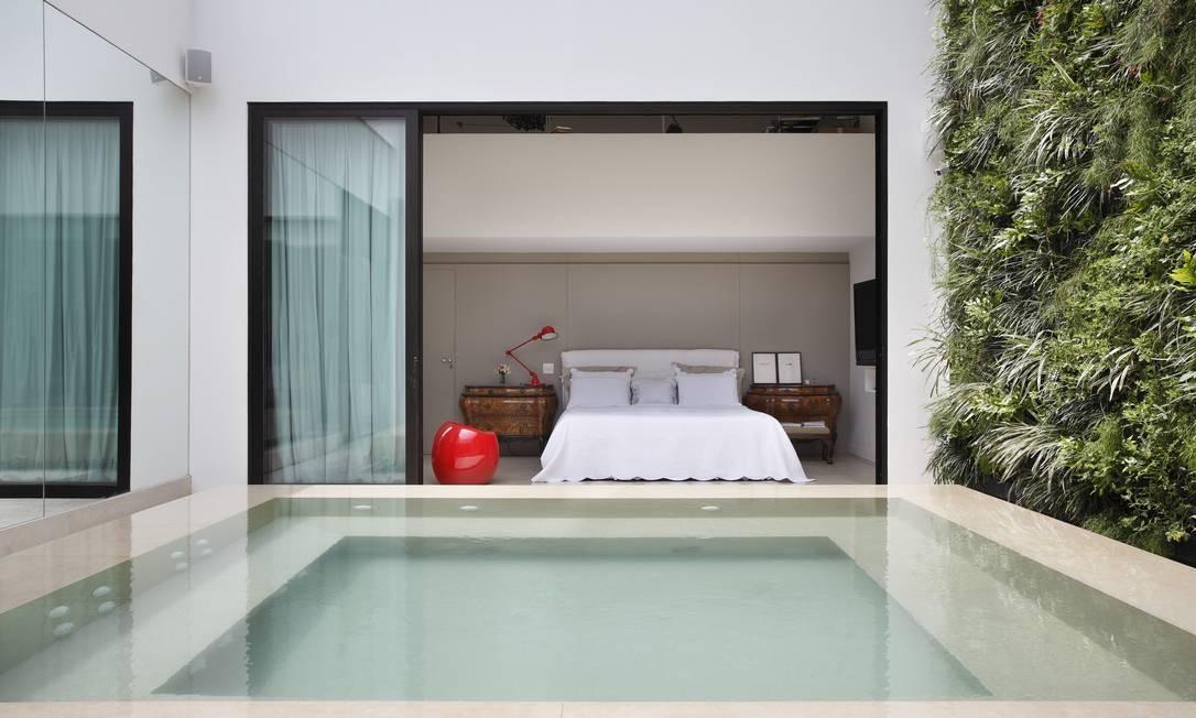 Neste projeto para uma cobertura de 290 m² em Ipanema, uma piscina foi transformada em hidro pela arquiteta Izabela Lessa. O acesso é feito pelo quarto da filha, ou pela sala de estar Denilson Machado