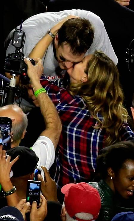 Tom e Gisele: felicidade estampada e muitos cliques dos fãs JAMIE SQUIRE / AFP