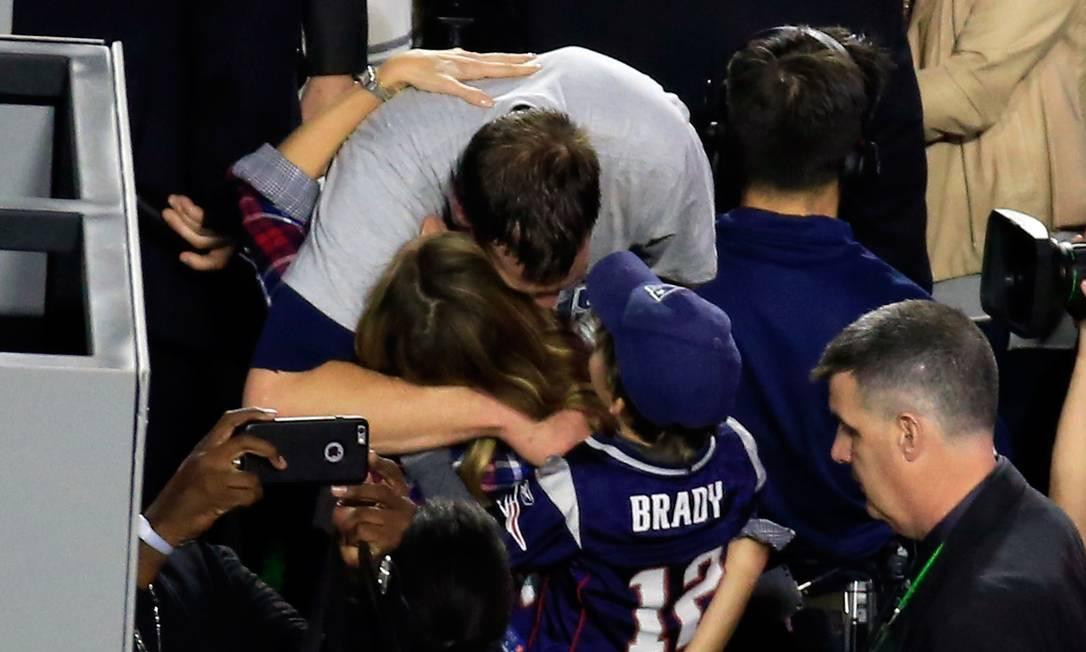Tom Brady e Gisele: carinho em público JAMIE SQUIRE / AFP