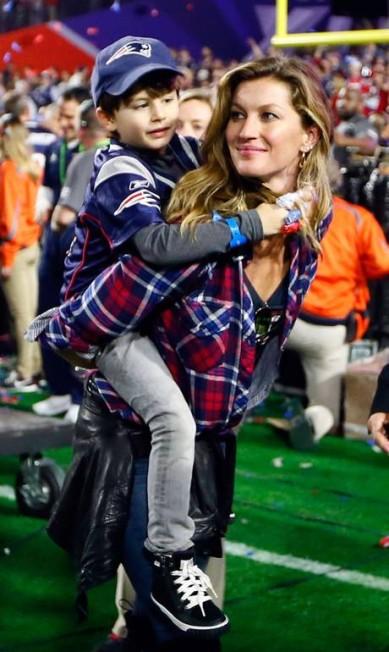 O título foi de Brady, mas Gisele também fez a festa. Só faltou a voltinha olímpica - acompanhada de Benjamin, seu filho com o jogador Kevin C. Cox / AFP