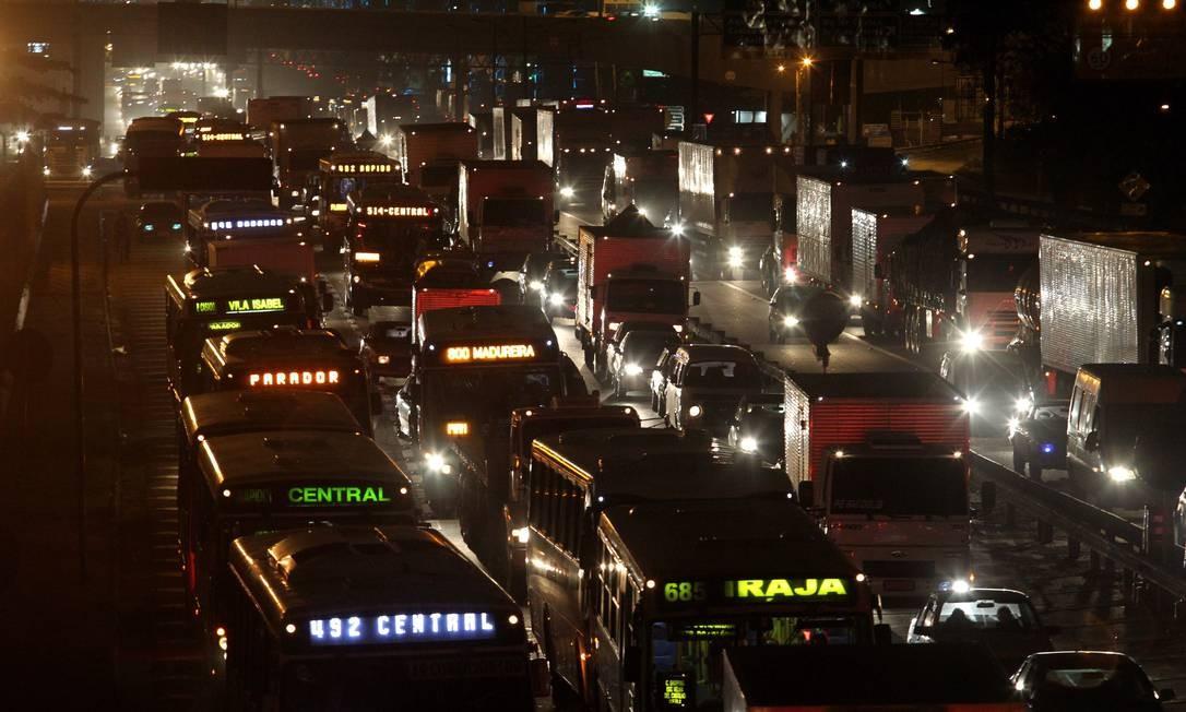O trânsito pesado ocorre ao longo de todo o dia Foto: Custódio Coimbra / Agência O Globo